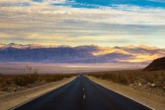Camino vacío que corre a través de Death Valley imágenes de archivo libres de regalías