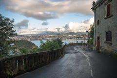 Camino vacío que lleva abajo de igueldo del monte a la bahía del concha Fotos de archivo