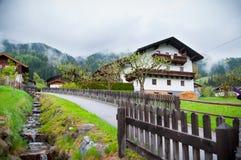 Camino vacío que lleva a través de campo, de nieve y de niebla escénicos en la montaña de Grossglockner, Austria Fotografía de archivo libre de regalías