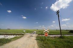 Camino vacío a través del ferrocarril imagen de archivo