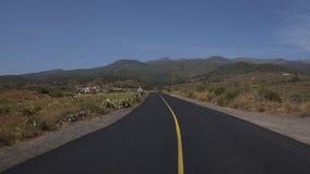 Camino vacío a través del municipio de Arona, rodeado por los viñedos, las granjas colgantes y la flora endémica salvaje imagen de archivo libre de regalías