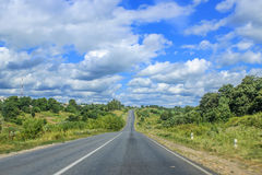 Camino vacío y cielo azul Imagen de archivo