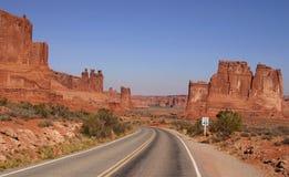 Camino vacío y paisaje del sudoeste Imagen de archivo libre de regalías