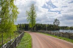Camino viejo de la grava por el lago Foto de archivo libre de regalías