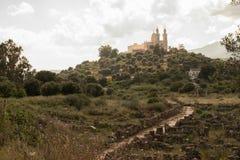 Camino viejo a la iglesia Foto de archivo libre de regalías