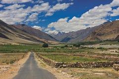 Camino y campos en Zanskar Fotografía de archivo libre de regalías
