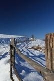 Camino y cerca de la montaña en invierno fotos de archivo