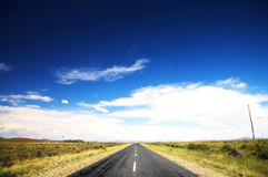 Camino y cielo azul Foto de archivo