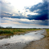 Camino y cielo después de la lluvia Imagenes de archivo