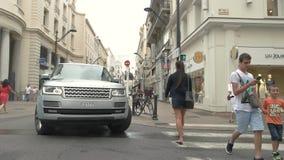 Camino y coche que cruzan de la gente almacen de video
