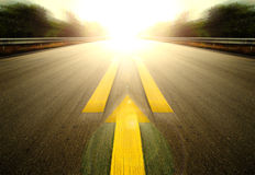 Camino y flecha amarilla Fotos de archivo