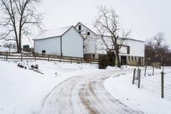 Camino y granero nevados, cerca de Jefferson, Pennsylvania Fotografía de archivo