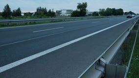 Camino y los coches rápidamente del paso almacen de video