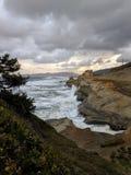 Camino y luces en el acantilado de la costa en la noche Foto de archivo libre de regalías