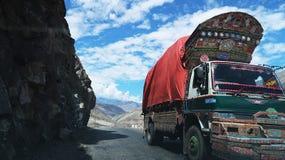 Camino y montañas de Chilas Fotos de archivo