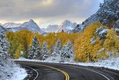Camino y montañas vacíos de la montaña imagenes de archivo