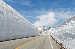 Camino y pared de la nieve en el ro alpino del kurobe de tateyama de las montañas de Japón Fotos de archivo libres de regalías