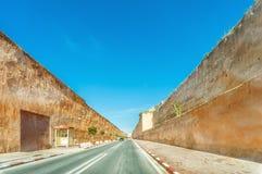 Camino y paredes con los agujeros en los accesos de Hassan Tower Fotos de archivo