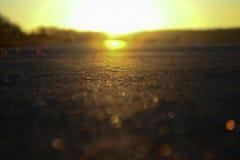 Camino y puesta del sol de la noche en horizonte Camino por la tarde fotos de archivo