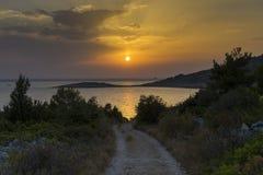Camino y puesta del sol en Razanj Croacia Fotos de archivo