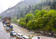 Camino y río en Naran Kaghan Valley, Paquistán Imagen de archivo libre de regalías