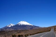 Camino y volcanes imagen de archivo