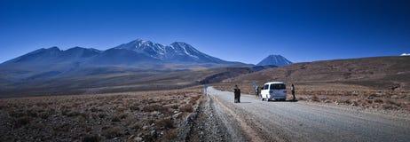 Camino y volcanes del desierto Fotos de archivo libres de regalías
