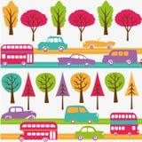 Caminos con los coches, los omnibuses y los árboles coloridos Fotografía de archivo