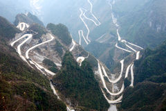 Caminos de enrollamiento en montañas Fotos de archivo