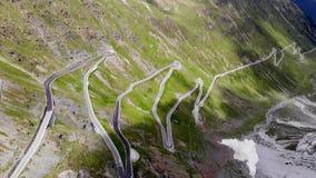 Caminos de la curva en las montañas almacen de video