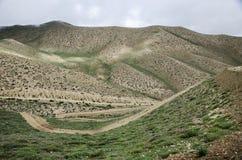 Caminos de serpenteo de la alta montaña a lo largo de la ruta de Ghemi a Lo Imagen de archivo