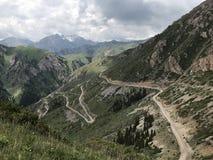 Caminos en Kirguistán, Asia Central foto de archivo