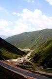 Caminos entre los montains Fotografía de archivo libre de regalías