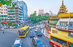 Caminos ocupados del ` s céntrico, Myanmar de Rangún Imágenes de archivo libres de regalías