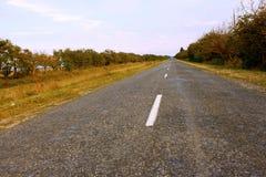 Caminos rurales cubiertos con asfalto Fotos de archivo