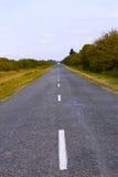 Caminos rurales cubiertos con asfalto. VE Foto de archivo