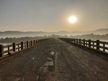 Caminos solos, montañas, salida del sol imagen de archivo