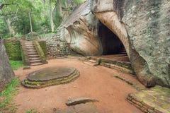 Caminos y escaleras en montañas a la ciudad antigua Sigiriya en el bosque tropical, Sri Lanka Sitio del patrimonio mundial de la  Imagenes de archivo