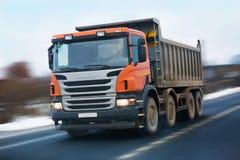 Camion à benne basculante avec une carlingue orange Photo libre de droits