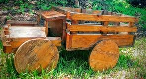 Camion à benne basculante en bois photos stock