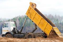 Camion à benne basculante jaune Photographie stock libre de droits