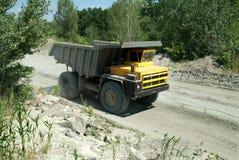 Camion à benne basculante jaune Photos stock