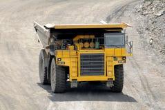 Camion à benne basculante jaune Photos libres de droits