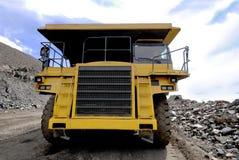 Camion à benne basculante jaune Images libres de droits