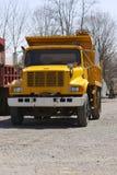 Camion à benne basculante jaune photo stock