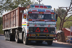 Camion à benne basculante lourd décoré et peint sur la route dans l'Inde Photographie stock