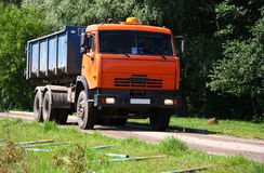 Camion à benne basculante orange Photo stock