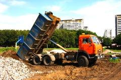 Camion à benne basculante orange Photos libres de droits