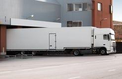 Camion à l'embarcadère Images libres de droits