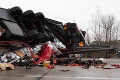 Camion à l'envers après un accident photos libres de droits